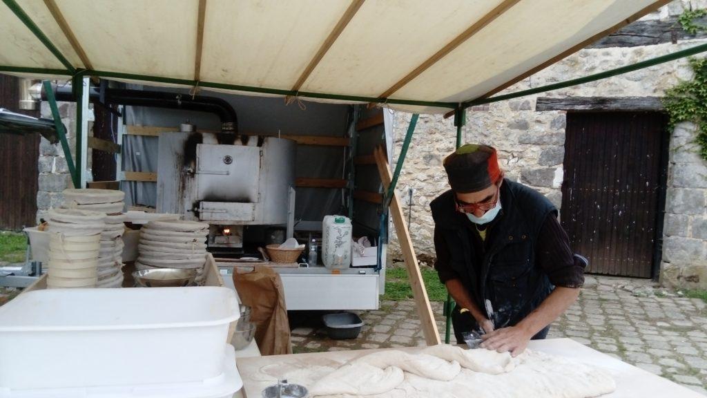 Préparation du pain avec le fournil itinérant à la ferme de Vaux à Gastins Seine et Marne